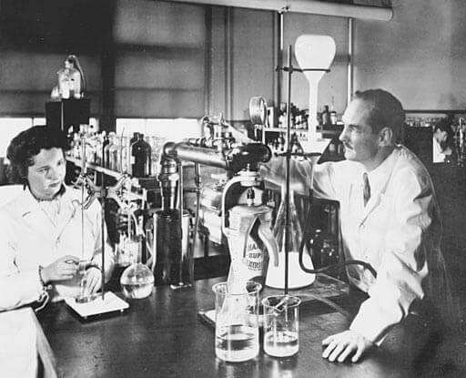 Photo of George Hitchings and Gertrude Elion working in a lab